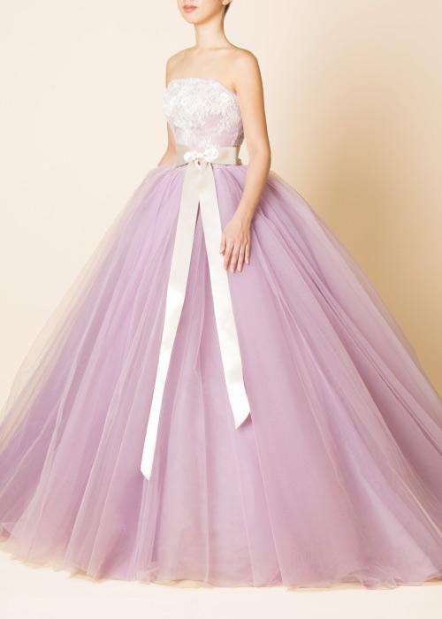 d03f33f3c10e2 トレンドのダスティピンクカラーのNATURAL BEAUTYのドレス何層にも重なったチュールがボリュームたっぷりで、ウエストのリボンがポイントです。